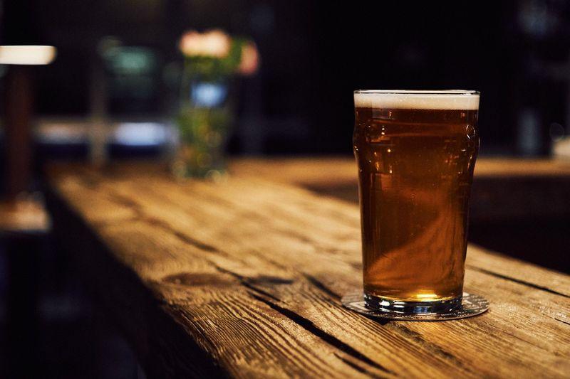 Ta deg en øl på Crow Bar